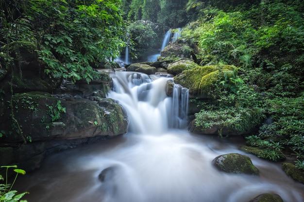 Bella cascata in thailandia. flusso del fiume che scorre su formazioni rocciose nella montagna
