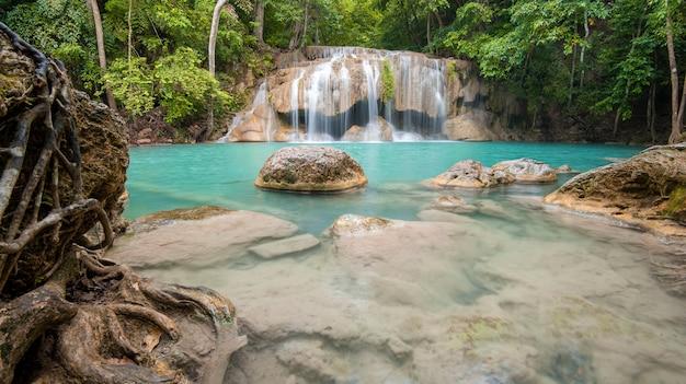 Bella cascata nel parco nazionale della cascata di erawan in kanchanaburi, tailandia