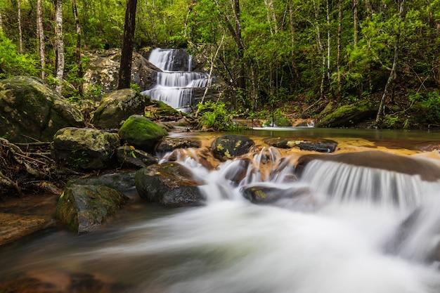 Bella cascata nel parco nazionale di phu rua, tailandia.