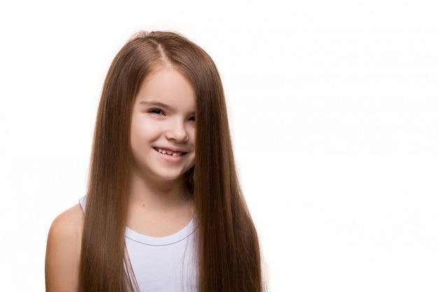 Bella caucasica della bambina con sorridere felice dei capelli scuri lunghi
