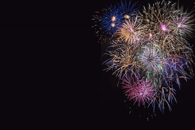 Bella celebrazione fuochi d'artificio lilla, viola e dorato