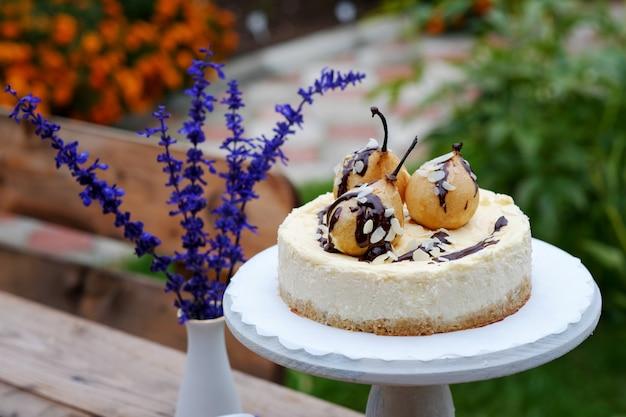 Bella cheesecake con pere al forno e salsa al cioccolato