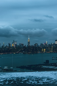 Bella città urbana con incredibili nuvole nel cielo sullo sfondo