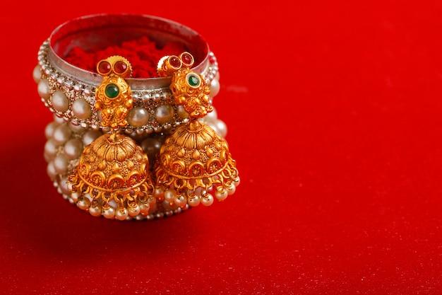 Bella collana e gioielli tradizionali indiani.