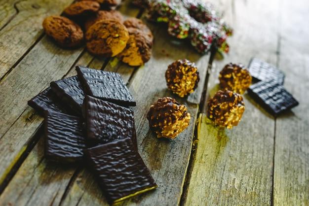 Bella composizione con luce calda di dolci natalizi e biscotti al cioccolato