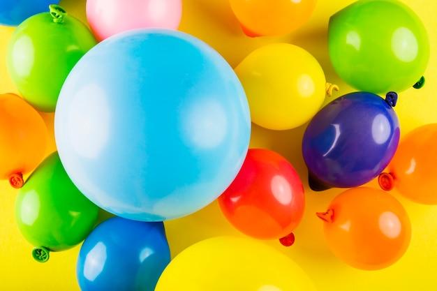 Bella composizione di carnevale con palloncini colorati