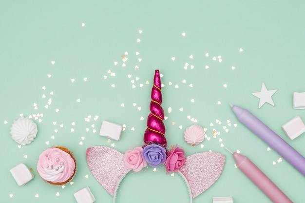 Bella composizione di compleanno con elementi di festa