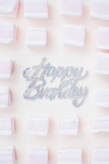 Bella composizione di compleanno con marshmallow