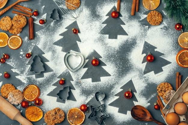 Bella composizione di dolci natalizi con decorazioni