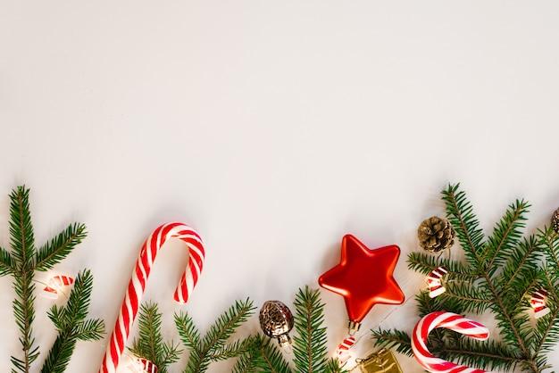 Bella composizione festiva di natale con ornamenti