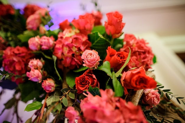 Bella composizione floreale rosa