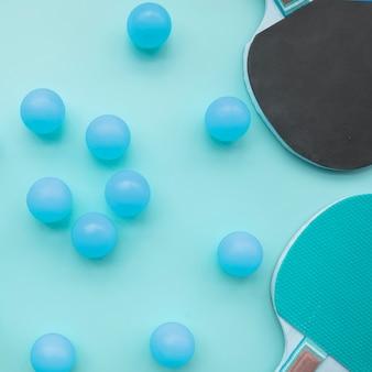 Bella composizione sportiva con elementi di ping-pong