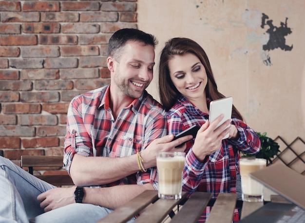 Bella coppia al caffè