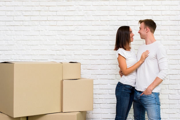 Bella coppia con scatole e copia-spazio