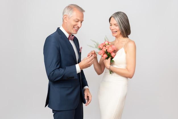 Bella coppia di mezza età il giorno del loro matrimonio