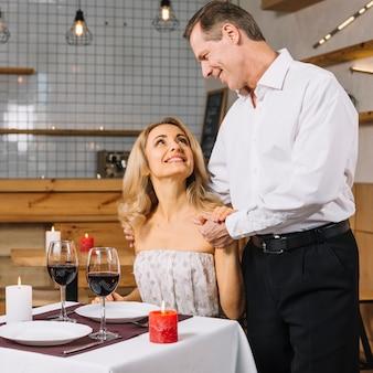 Bella coppia durante una cena romantica