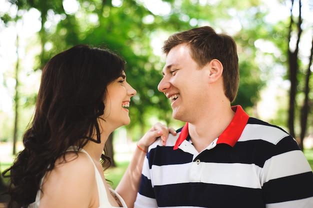 Bella coppia felice in un parco estivo
