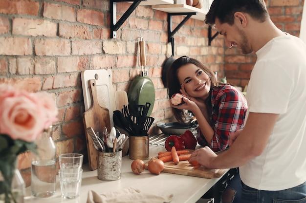 Bella coppia in cucina