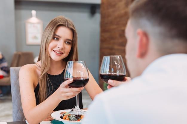 Bella coppia in un ristorante