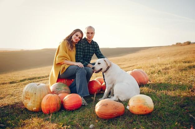 Bella coppia passa il tempo in un parco in autunno