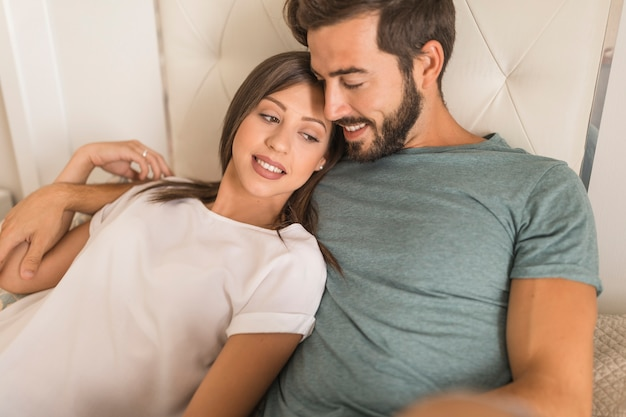Bella coppia rilassante sul letto