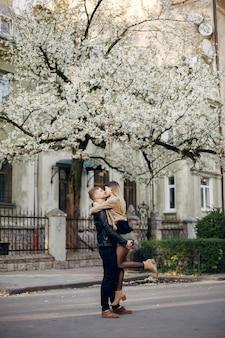 Bella coppia trascorrere del tempo in strada