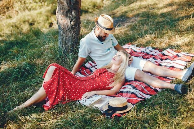 Bella coppia trascorrere del tempo in un parco estivo