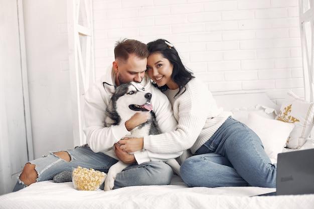 Bella coppia trascorrere del tempo in una camera da letto