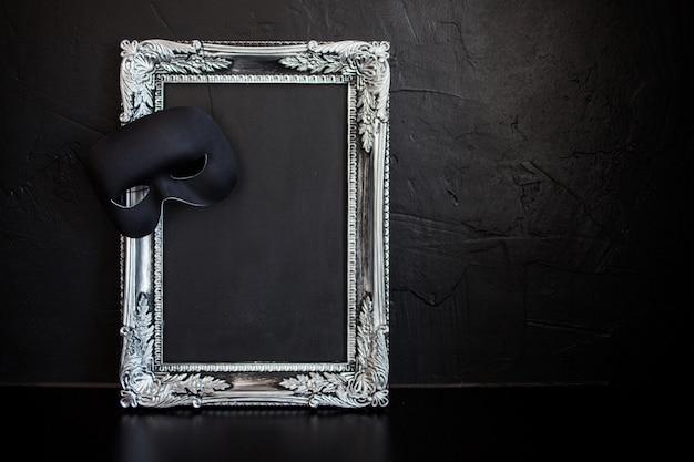 Bella cornice d'argento con un posto vuoto per il testo o il design. maschera di carnevale con bordo