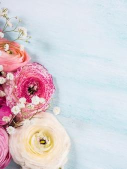 Bella cornice rosa ranuncolo su legno turchese. matrimonio per la festa della mamma. holiday elegante mazzo di fiori.