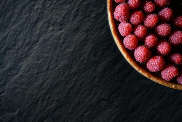 Bella crostata di lamponi e cioccolato su ardesia con lo spazio del testo