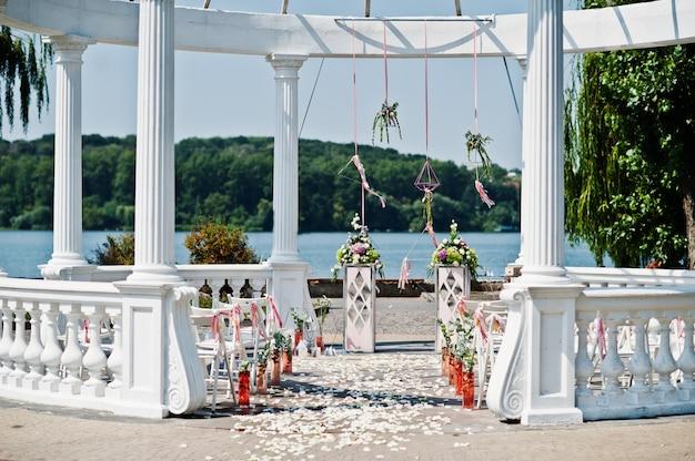Bella decorazione stabilita di cerimonia nuziale nella cerimonia all'aperto.