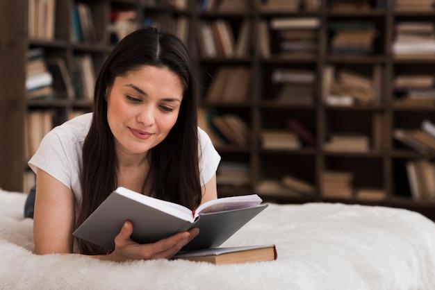 Bella donna adulta che legge un libro
