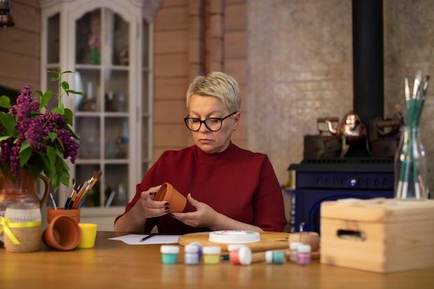 Bella donna adulta con argilla vaso di ceramica nelle mani