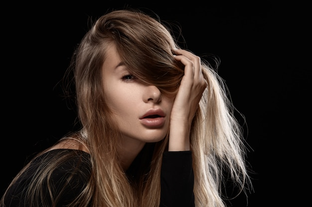 Bella donna affascinante con i capelli arruffati.