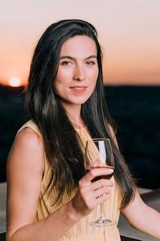 Bella donna al ritratto del partito sul tetto