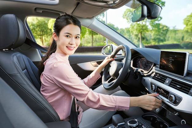 Bella donna alla guida
