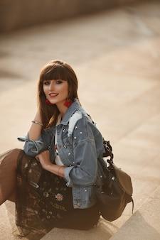 Bella donna alla moda in una giacca di jeans