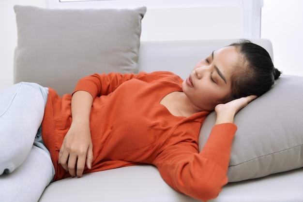 Bella donna asiatica che dorme con rilassato
