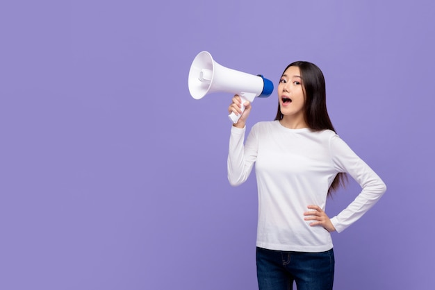 Bella donna asiatica che parla sul magaphone