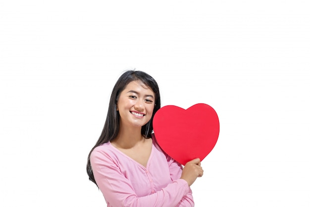 Bella donna asiatica con cuore rosso