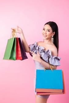 Bella donna asiatica con la borsa della spesa