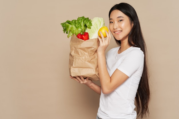 Bella donna asiatica con la borsa delle verdure