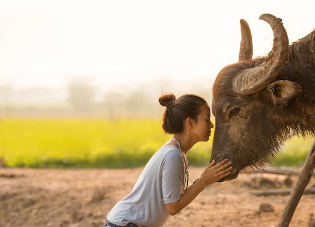 Bella donna asiatica con lungo corno di bufalo
