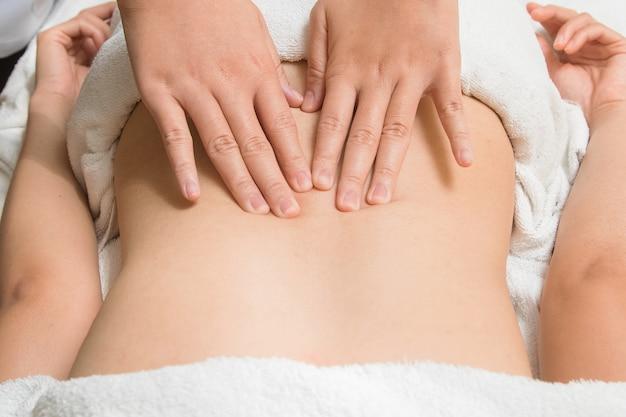 Bella donna asiatica del primo piano che ha massaggio viscerale