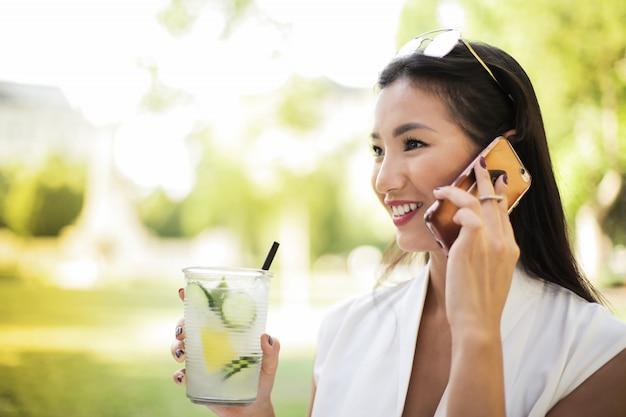 Bella donna asiatica in estate