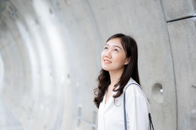 Bella donna asiatica in metropolitana