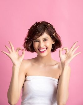 Bella donna asiatica isolata sul rosa