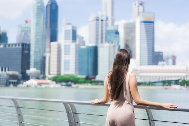 Bella donna asiatica sorriso e felice