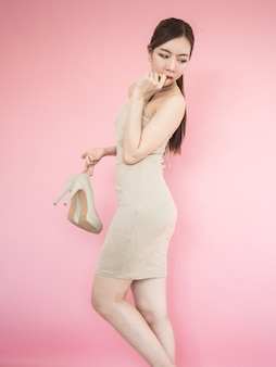 Bella donna asiatica su sfondo rosa, moda ragazza sexy, donna coreana